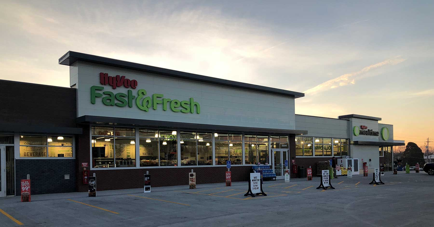 A Tour Of Hy Vee S Fast Amp Fresh Grocery Convenience Hybrid
