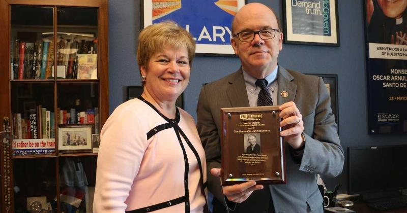 Photo: Leslie Sarasin presents Rep. Jim McGovern (D-Massachusetts) with the FMI 2019 Esther Peterson Award for Consumer Service Award. McGovern was unable to attend FMI Midwinter Executive Conference in January when the honors were given.