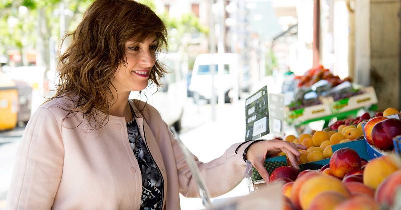 woman shopping fruit