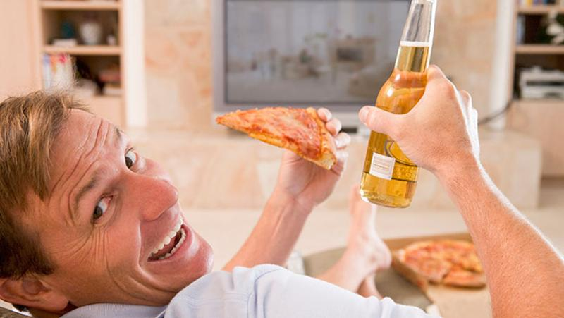 man beer pizza