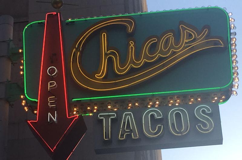 chicas tacos sign
