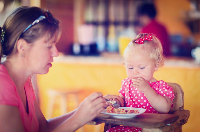 mother toddler restaurant
