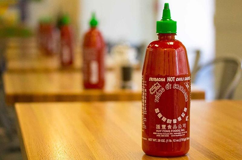 sriracha hot sauce bottle