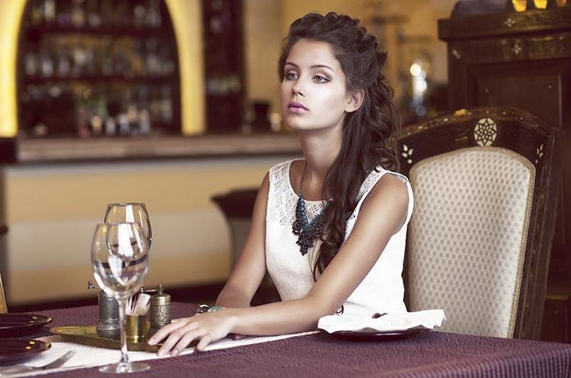 woman alone restaurant