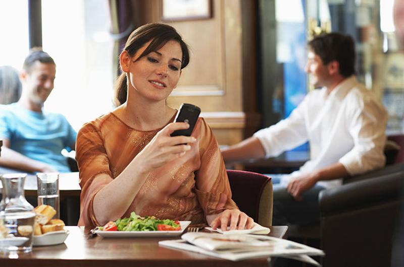 woman mobile restaurant technology