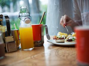 brunch juice coffee restaurant eggs benedict