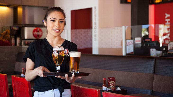 luna grill waitress beer