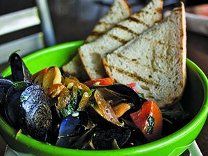Michigan Beer-Steamed Mussels With Caramelized Onions